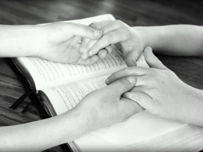 holding-hands-752878_1920